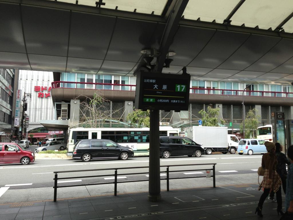屋外用デジタルサイネージ 60インチ カスタマイズ 駅バスターミナル設置 事例