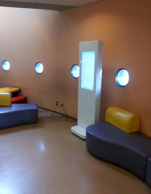 設置事例 デジタルサイネージ 32インチ壁掛けタイプ&スタンドタイプ 病院設置 事例