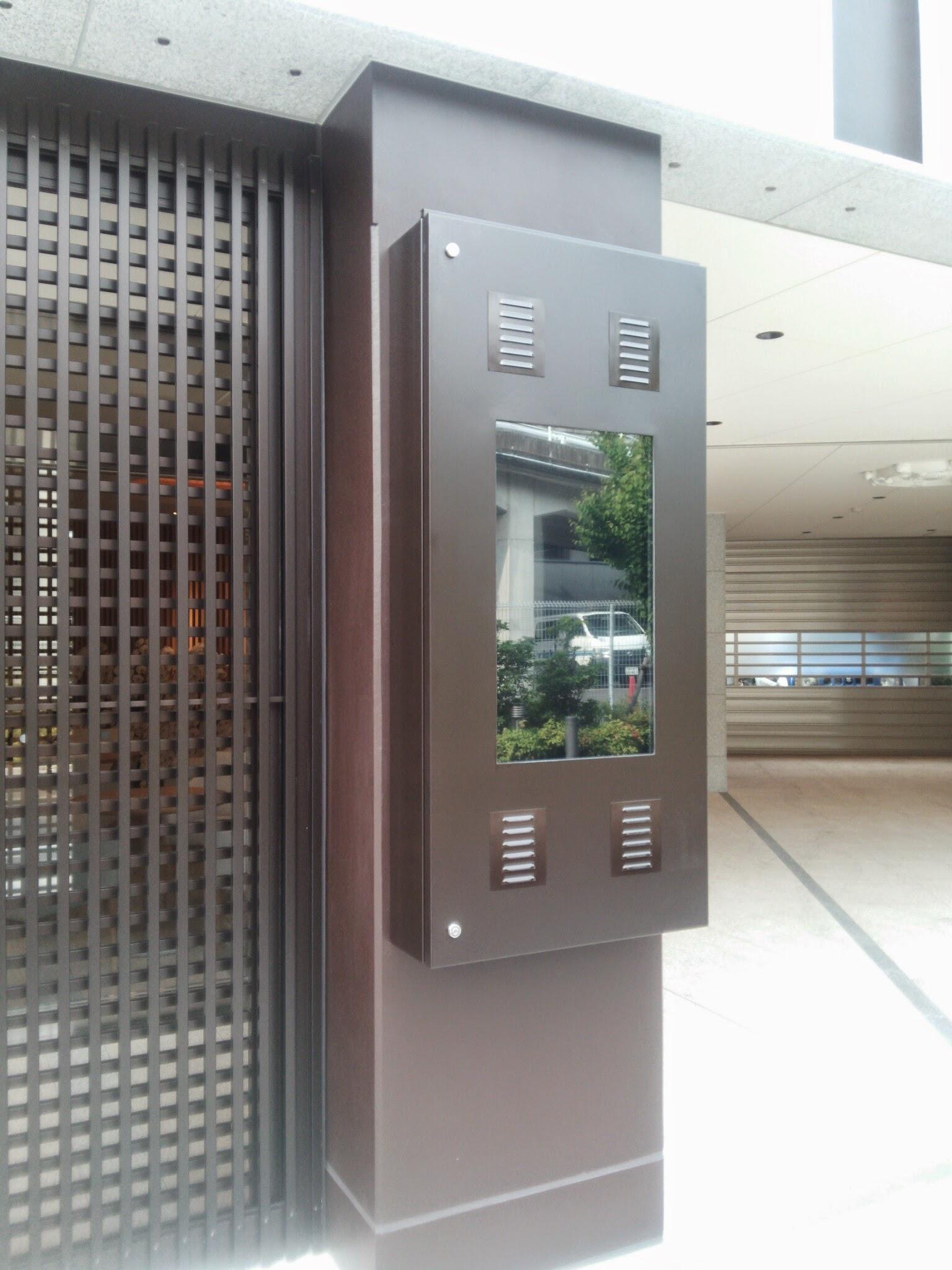 導入事例 屋外用デジタルサイネージ 32インチ壁掛け 寺院設置 事例
